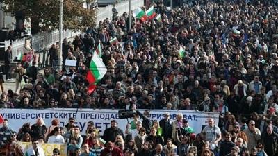 Bulgaristan'da öğrenciler sokaklarda