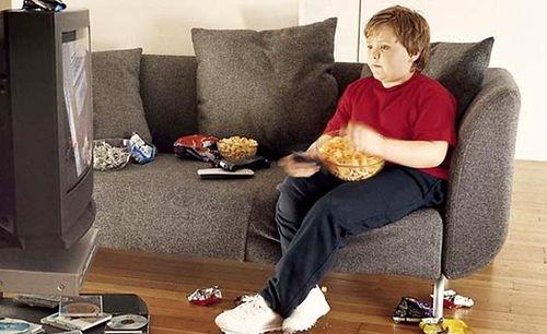 TV karşısında yemek yedirmeyin