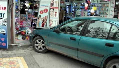 Otomobil kaldırıma çıktı: 8 yaralı