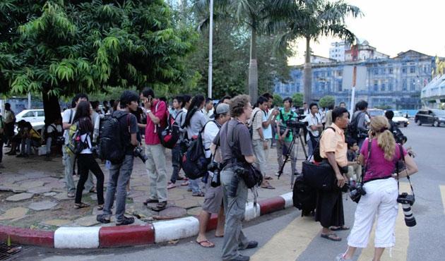 Myanmar'da gazeteciler eylemde