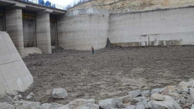 İstanbul'a su sağlayan baraj kurudu