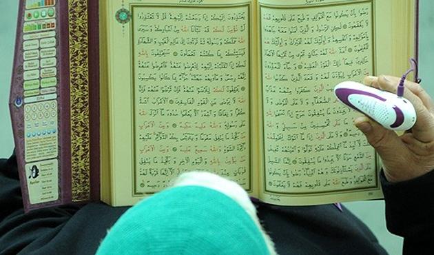 Kur'an'ın Kürtçe mealini okuyan kalem