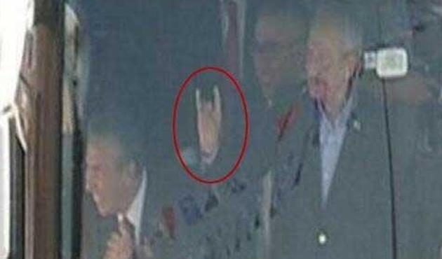 'Halkçı Kemal'den Bozkurt işareti!