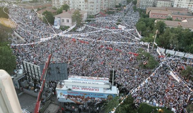 Ak Parti'nin Diyarbakır mitingi için üç dilli afişler