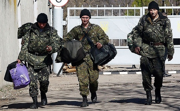 Ukraynalı askerler Kırım'ı boşaltıyor