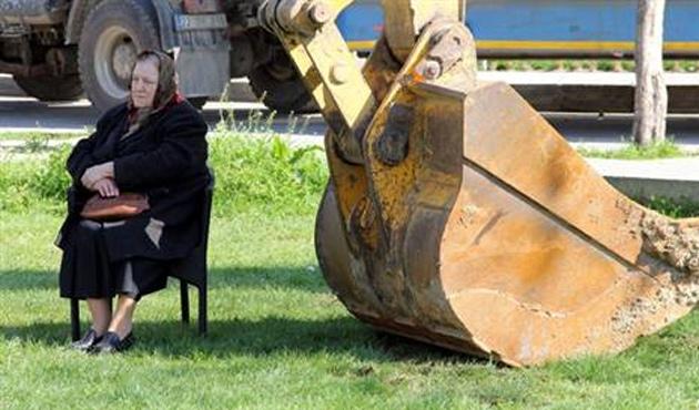 75 yaşındaki kadın eylemci parkın yıkımını engelledi