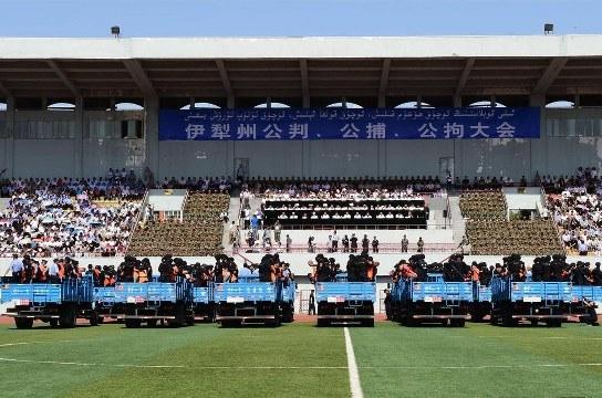 Çin'de Uygurlara stadyumda yargılama: 3 idam
