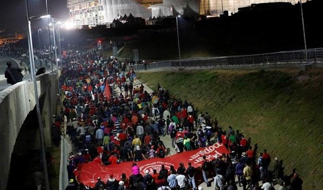 Brezilya'da 10 bin işçi yol kapattı