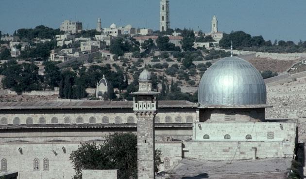 İsrail işgal güçleri, Mescid-i Aksa'dakilere saldırdı