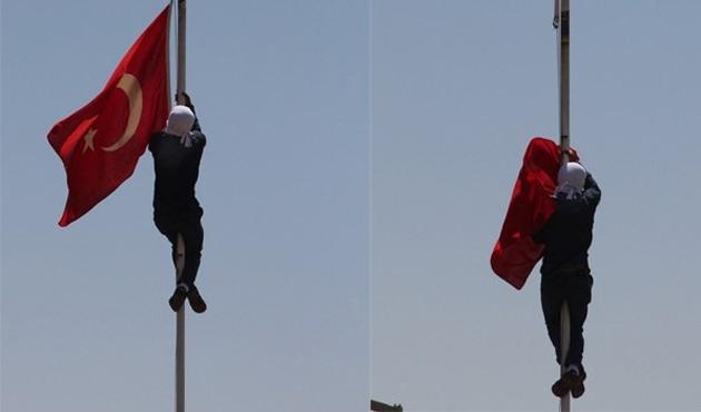 Göstericiler Diyarbakır'da bayrak indirdi