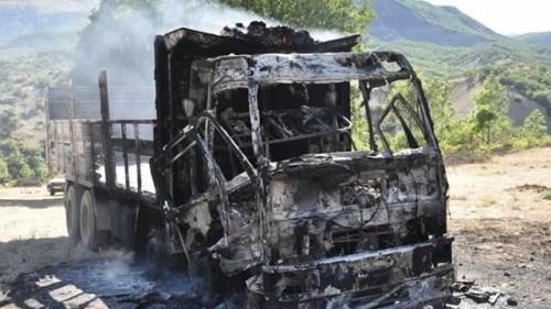 Şemdinli'de bir kamyon ateşe verildi