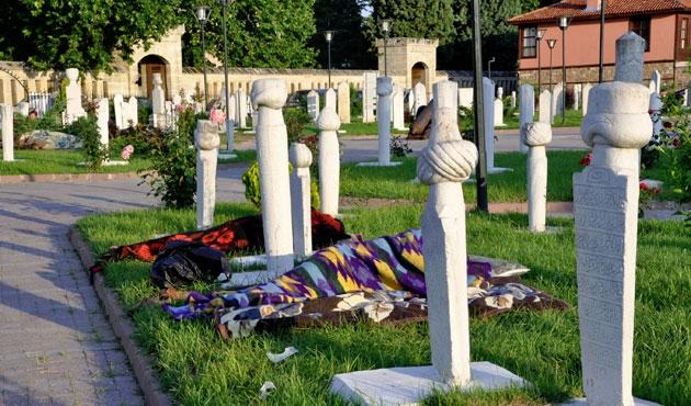 Güreşseverler mezarlıkta sabahladı