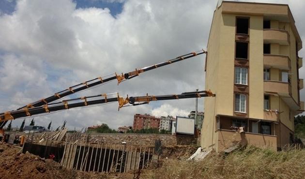 Zorla ayakta duran bina hala boşaltılmadı