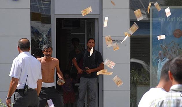 Baltayla bankaya girdi, paraları havaya saçtı
