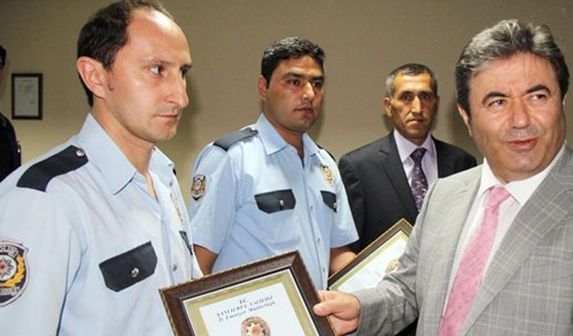 Bombalı aracı bulan polislere ödül
