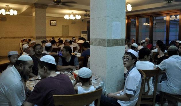 Çinli Müslümanlar ilk iftarı açtı