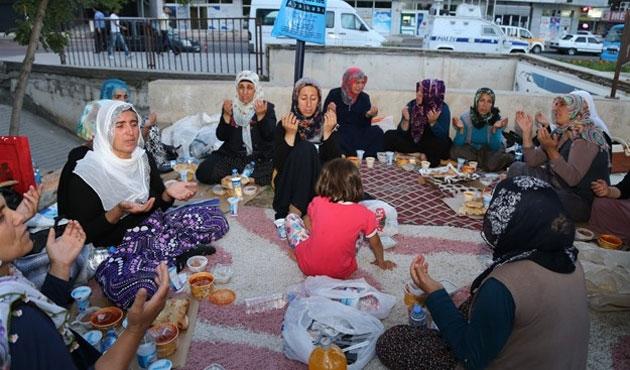 PKK'nın kaçırdığı çocukların aileleri iftarda da eylemde