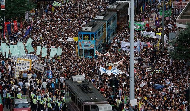 Hong Kong'da yüzbinler sokağa indi