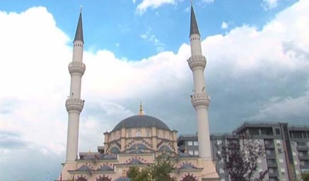 Kosova'nın en büyük mabedi İsa Bey Camii-VİDEO