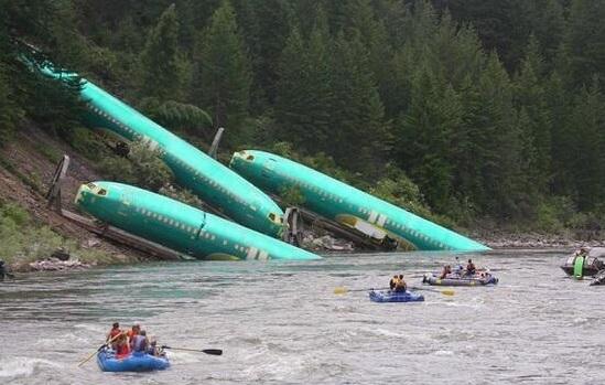 Tren vagonları devrildi Boeing'ler nehre düştü