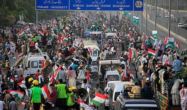 Pakistan'da muhalefet yürüyüşünde çatışmalar var
