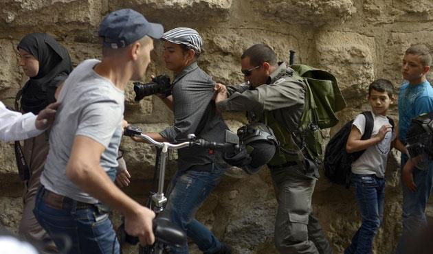 Mescid-i Aksa'ya giren üç işgal askeri yaralandı