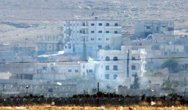 IŞİD Kobani'de bir binaya bayrak astı