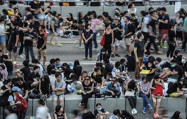 30 bin Hong Konglu sokaklara döküldü