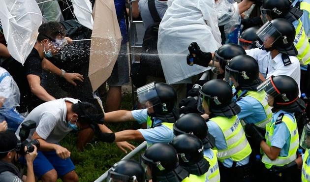 Hong Kong'da gösteriler kontrolden çıktı