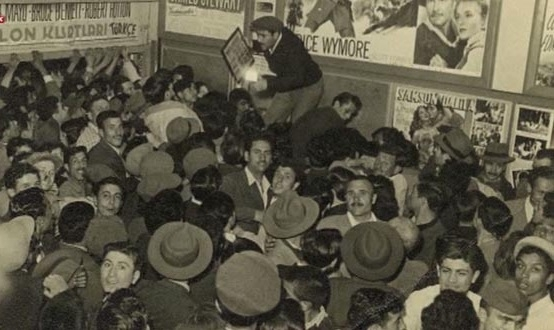 Afiş ve fotoğraflarla asırlık sinema aşkı