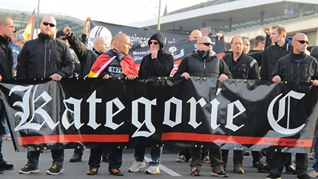 Alman ırkçılar mültecilere sopalarla saldırdı