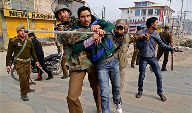 Hindistan askeri Keşmir'de iki sivili öldürdü
