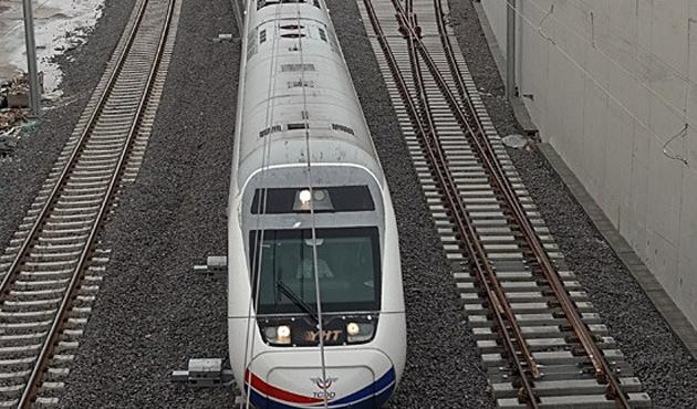 Hızlı trenin kabloları çalındı, seferler aksadı