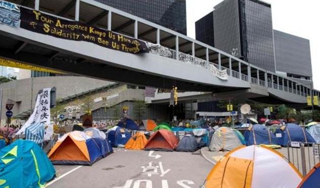 Hong Kong'da göstericilerin barikatları kaldırılıyor