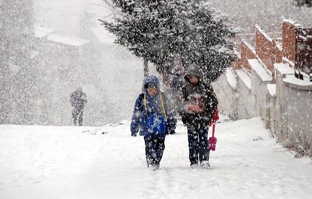 Ankara ve İzmir'de eğitime kar engeli