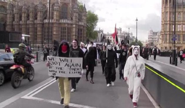 İngiltere'de meclis binası önünde olaylar çıktı