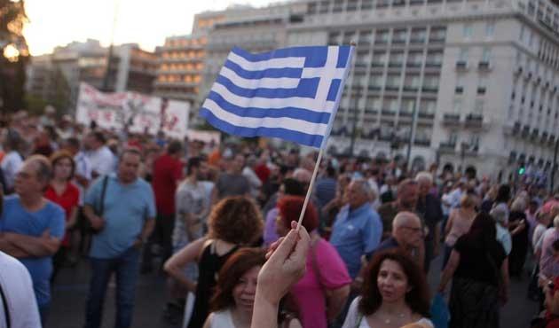 Yunan halkından darbe girişimine cevap!