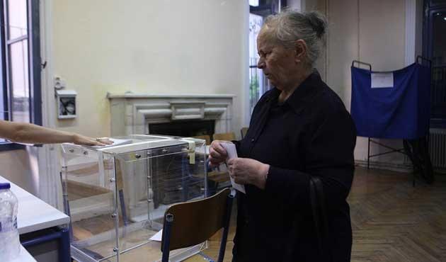 Yunanistan'da kritik oylama başladı