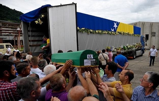Srebrenitsa kurbanlarının cenazeleri Potoçari'de
