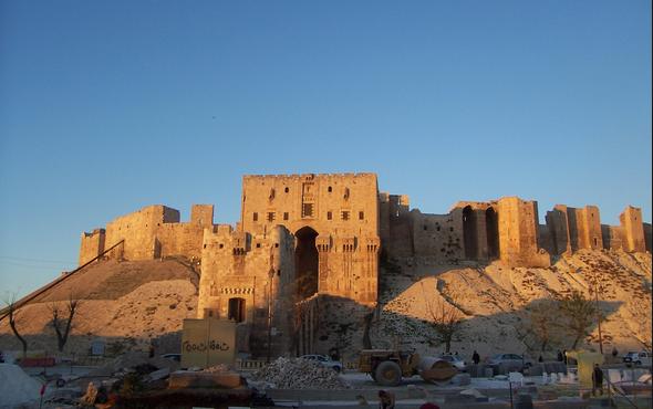 Tarihi Halep Kalesi'nin duvarı yıkıldı