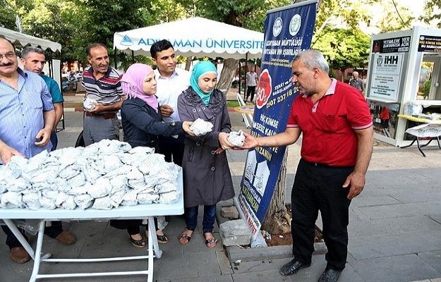 Suriyeliler iftar paketi dağıttı