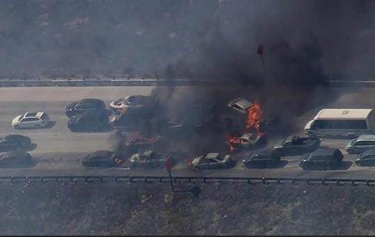 ABD'de orman yangını yoldan geçen araçları yaktı