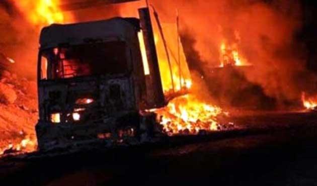 PKK'lılar Van'da yol kesip araç yaktı