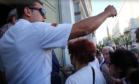 Yunan bankaları açıldı, korkulan oldu
