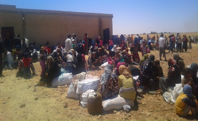 Tel Abyad'dan kaçan Türkmenler sınırda...