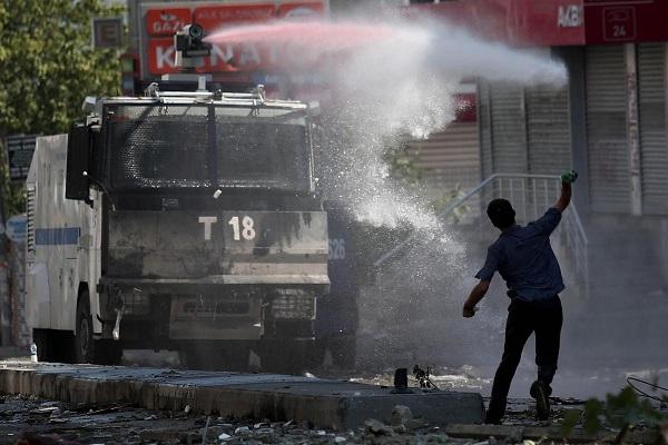 Gazi Mahallesi'nde polise saldırı: 1 ölü