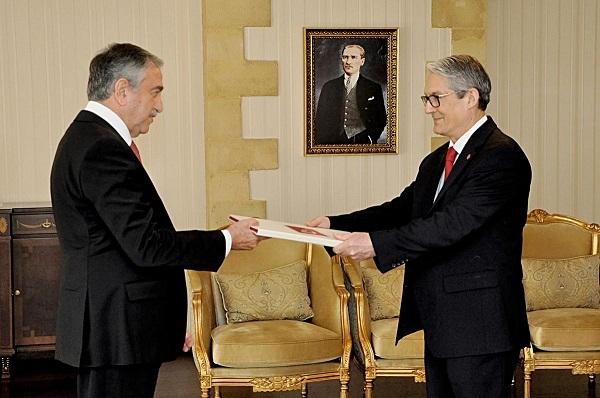 Lefkoşa Büyükelçisi, Akın'a güven mektubunu sundu