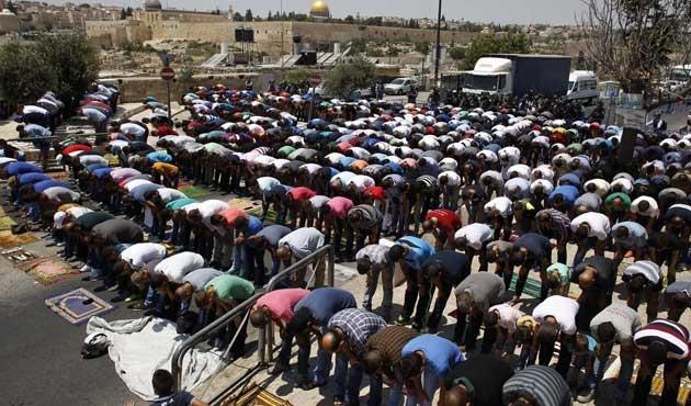 İsrail yasaklayınca namazı sokakta kıldılar | FOTO