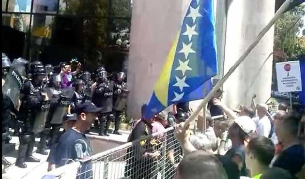 Bosna'da işçiler meydanlara indi