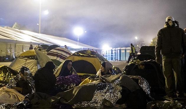 Yüzlerce sığınmacı Avusturya sınırında bekliyor